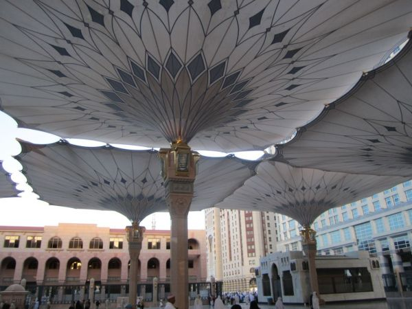 big-hydraulic-umbrellas-around-masjid-nabawi-mecca-saudi-arabia+1152_13006613332-tpfil02aw-15606