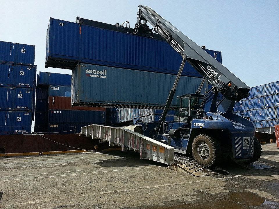 Carga y descarga de barco con reachstackers gr as y transportes - Contenedores de barco ...