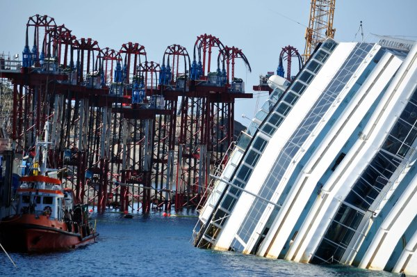 Strand_Jacks_mounted_on_the_Tops_of_the_Retaining_Turrets_and_the_Costa_Concordia_wreck_-_Isola_del_Giglio_-_Italy_-_18_Aug._2013